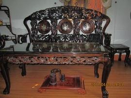 Cần bán bộ bàn ghế giả cổ gỗ mun hoa ,gia đình sử dụng đã được hơn chục năm.
