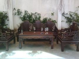 Bán bộ bàn ghế gồm 01 bàn dài, 1 ghế dài , 2 ghế đơn, 2 đôn.Kiểu dáng sang trọng