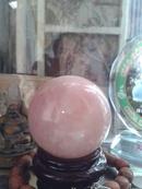 Lâm Đồng: Quả cầu bi đá thạch anh hồng, nặng 600 gram. CL1614112