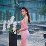 [1] Cô chọn đầm dài quét sàn của nhà thiết kế Lê Thanh Hòa để khoe vẻ nữ tính. Màu hồng đào phớt nhẹ giúp chủ nhân tôn lên nước da sáng.