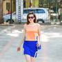 [3] Chân váy ngắn ôm nhẹ có thể kết đôi cùng áo không tay dáng lửng màu cam nhạt, tạo cảm giác tươi mới, tràn đầy năng lượng